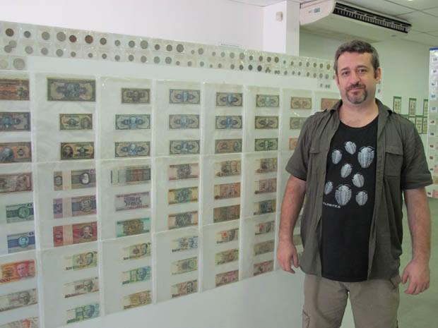 Paulo e parte de suas cédulas brasileiras antigas (Foto: Mariane Rossi/G1)