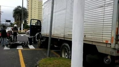 Caminhão sem freios bate em moto em Marília