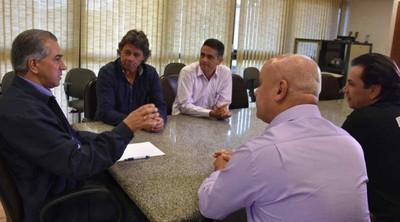 Governador Reinaldo Azambuja recebe dirigente comercialino Fernando Doldan (Foto: Jessica Barbosa/Notícias MS)