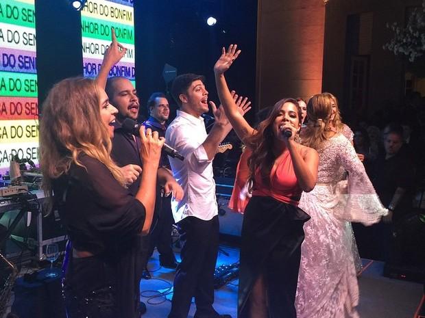 Daniela Mercury e Anitta cantam na festa de casamento de Preta Gil e Rodrigo Godoy em Santa Teresa, no Centro do Rio (Foto: Instagram/ Reprodução)