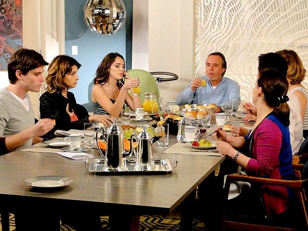 Tá podendo! Cida é escolhida a 'Garota Charme' e deixa Isadora cuspindo fogo de raiva (Foto: Cheias de Charme / TV Globo)