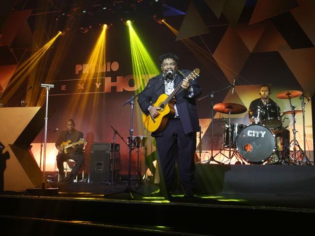 Sergio Loroza, mestre de cerimônias do Prêmio Sexy Hot 2015, apresenta número musical durante o evento, na noite desta terça-feira (18) em São Paulo (Foto: Eduardo Viana/Divulgação)