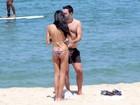 Lea T curte praia com Ricardo Tisci no Rio e paga cofrinho