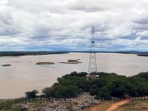 O baixo volume de água afeta a vida dos agricultores que dependem da represa de Sobradinho, na Bahia. (Foto: Reprodução/TV Globo)