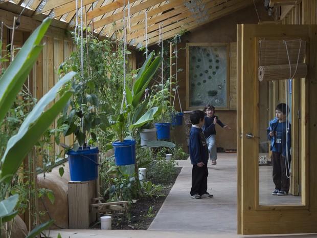 Uma horta cresce nos canteiros em frente a três salas de aula (Foto: Pablo Porciuncula  / AFP)