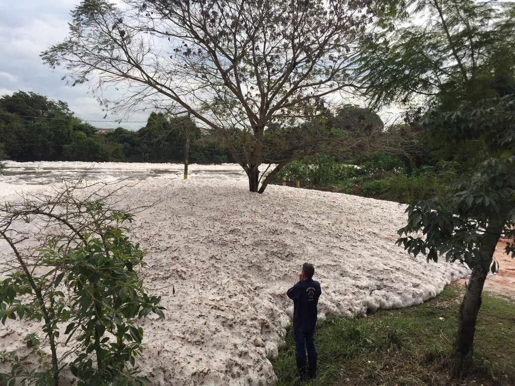 Espuma é resultado da poluição despejada no rio Tietê em Salto (SP) (Foto: Thiago Ariosi/TV TEM)