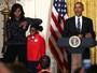 Michelle Obama faz pose divertida com Simone Biles em evento oficial