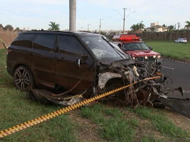 Frente do veículo ficou completamente destruída após bater em muro em Rio Preto (Foto: Reprodução/TV TEM)
