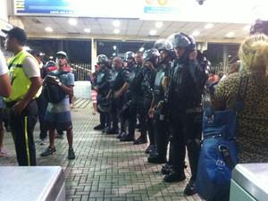 PMs do Batalhão de Choque se posicionaram próximos às roletas, mas até as 20h30 não interferiam na manifestação (Foto: Daniel Silveira / G1)