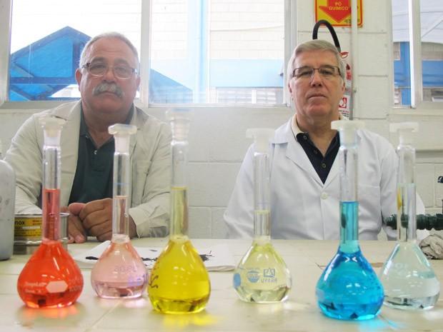 Engenheiros que fizeram o estudo e a água com o corante e após o procedimento (Foto: Mariane Rossi/G1)