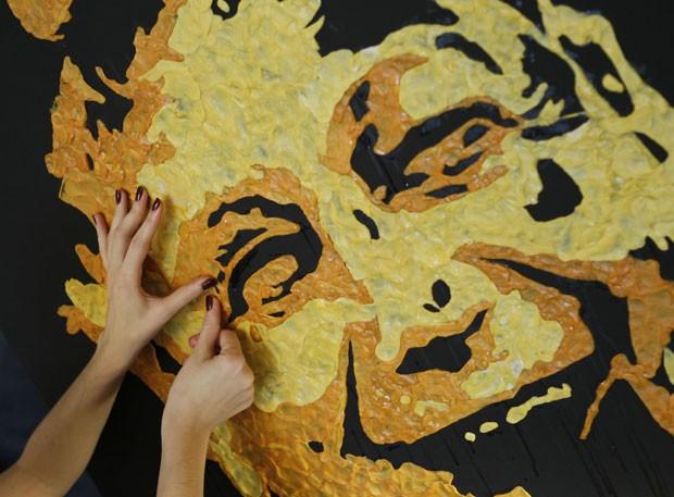 Na criação de suas obras, a artista usa entre 500 e mil chicletes mascados (Foto: Gleb Garanich/Reuters)