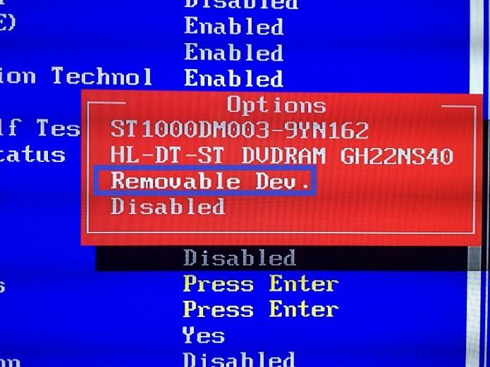 Selecionando o item que coloca dispositivos USB como a primeira opção boot (Foto: Reprodução/Edivaldo Brito)
