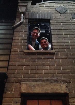 Allan e André em Nova York, no cenário de Avenida Q (Foto: Divulgação)