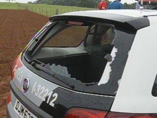 Preso quebrou o vidro traseiro do carro da Polícia Militar  (Foto: reprodução/TV Tem)