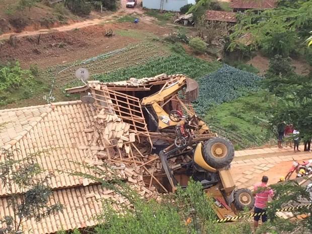 Casa ficou destruida com a queda de caminhão (Foto: VC no ESTV)