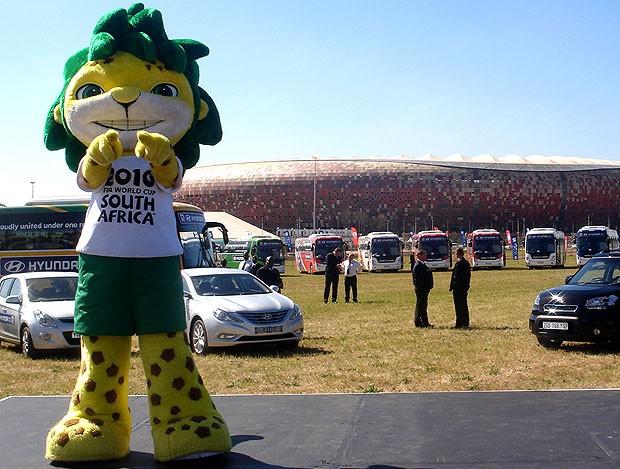 O mascote Zakumi apresenta os ônibus das seleções (Foto: Zé Gonzalez  / GLOBOESPORTE.COM)