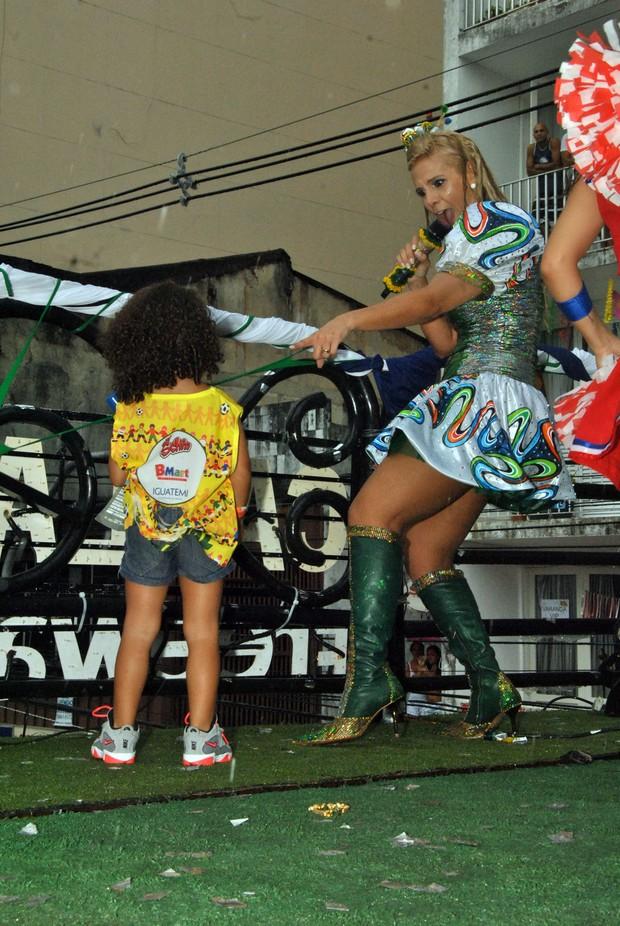 Carla Perez e a filha de Scheila Carvalho em Salvador (Foto: Marcelo Machado/Ag Haack)