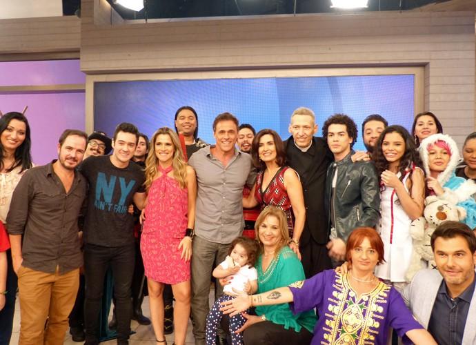 Fátima Bernardes com todos os convidados do programa (Foto: Carolina Berger/Gshow)