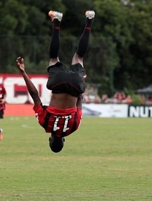 Douglas Coutinho, atacante do Atlético-PR, contra o JMalucelli (Foto: Site oficial do Atlético-PR/Divulgação)
