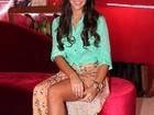 Com fenda generosa, Bruna Marquezine participa de lançamento