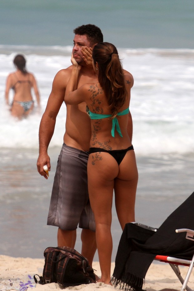 Ronaldo e namorada na praia do Leblon, RJ (Foto: Wallace Barbosa/AgNews)
