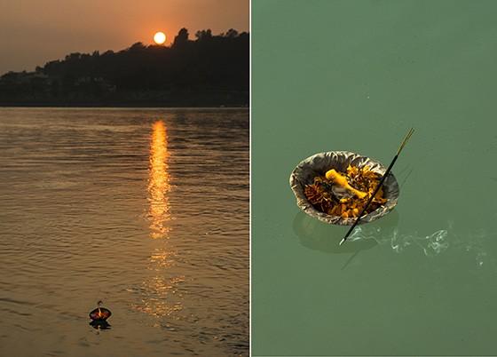 O sol se põe no Ganges e lamparinas flutuam no rio (Foto: © Haroldo Castro/Época)