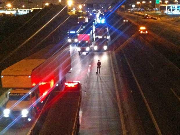 Imagem da Dutra no início da madrugada desta terça-feira (24), após protesto de caminhoneiros. (Foto: Kleyson Barbosa / G1)