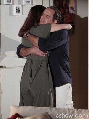 Helena abraça Virgílio (Foto: Felipe Monteiro/TV Globo)