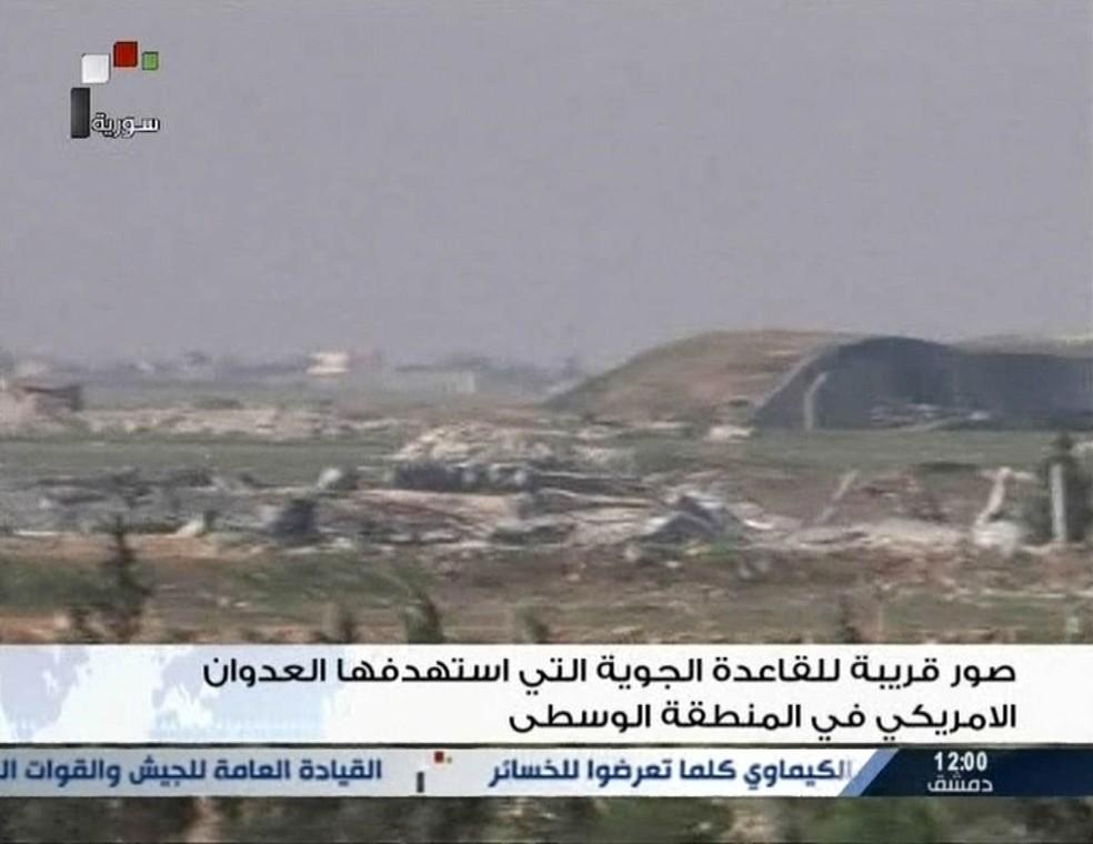 Imagem divulgada pela TV estatal síria mostra fumaça após ataque dos Estados Unidos a uma base área síria (Foto: Syrian TV via Reuters)