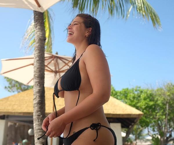 Ashley Graham mostra polpa do peito em clique de biquíni (Foto: Reprodução / Instagram)