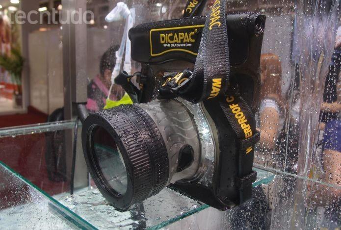 A capa WP-S5 protege câmeras tipo DSLR pequenas e custa R$ 540 (Foto: Pedro Zambarda/TechTudo)