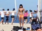 Letícia Wiermann exibe barriga chapada em partida de tênis de praia