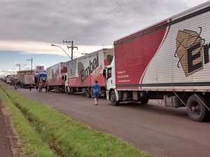 Caminhoneiros bloquearam as laterais da BR-116 em Vacaria (Foto: Divulgação/PRF)