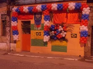 Casa com fachada enfeitada em homenagem ao 2 de Julho, em Salvador, Bahia (Foto: Lílian Marques/ G1)