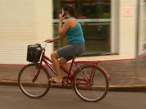 Ciclistas cometem imprudência nas ruas de Pontal (Foto: Maurício Glauco / EPTV)