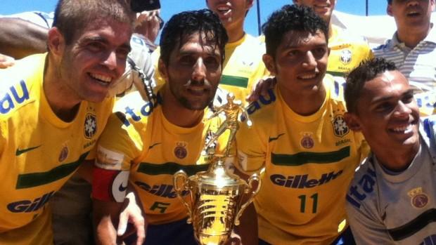 Cearenses com a seleção brasileira de beach soccer (Foto: Divulgação)