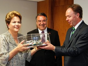 Dilma Rousseff recebe miniatura de carro durante encontro com Ian Robertson, vice-presidente da BMW. (Foto: Roberto Stuckert Filho/PR)