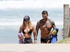 É namoro? Lucas Lucco deixa praia no Rio de mãos dadas com loira