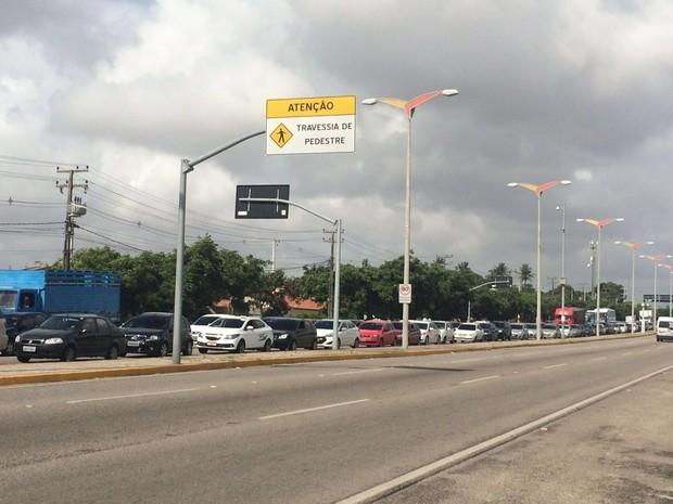 Ônibus em pane provoca engarrafamento  no viaduto da Aerolândia, em Fortaleza (Foto: Taís Lopes/TV Verdes Mares)
