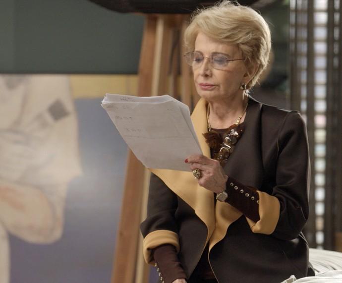 Glória Menezes decora algumas de suas falas no intervalo das gravações de 'Totalmente Demais' (Foto: TV Globo)