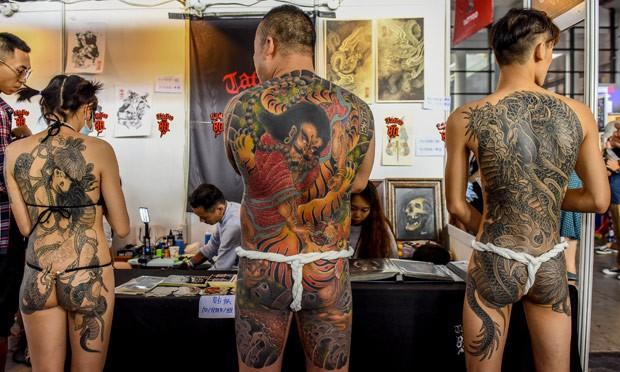 De fio-dental, participantes exibem tatuagem cobrindo costas e nádegas (Foto: Reuters)