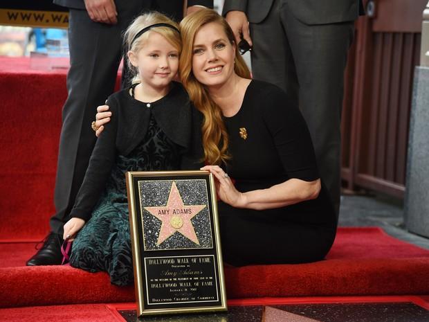 Amy Adams e a filha, Aviana, em evento em Los Angeles, nos Estados Unidos (Foto: Robyn Beck/ AFP)