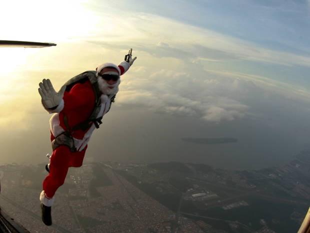 Paraquedista paraense resolveu fazer um salto especial, vestido de papai Noel. (Foto: Tarso Sarraf/ O Liberal)