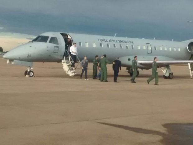 Avião da Força Aérea Brasileira (FAB) que transporta nesta terça-feira (29) autoridades e técnicos para a Colômbia após acidente com delegação da Chapecoense (Foto: João Raimundo/TV Globo)