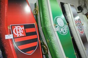 Caixões personalizados de times de futebol chamam atenção em funerária de Rio Branco (Foto: Caio Fulgêncio)
