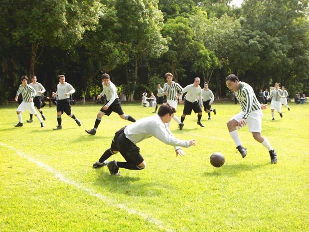 Chico mostra talento com a bola no pé (Foto: Lado a Lado/TV Globo)