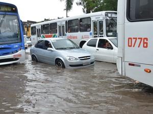 Motoristas que se arriscavam a transitar pela Avenida Sanhauá viram a água encobrir quase toda roda dos carros (Foto: Walter Paparazzo/G1)