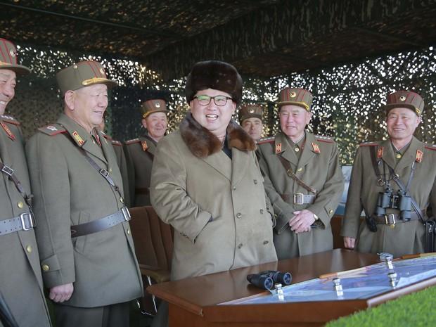 O ditador da Coreia do Norte, Kim Jong-un, supervisiona um treinamento militar em um local não identificado  (Foto: KCNA/Reuters)