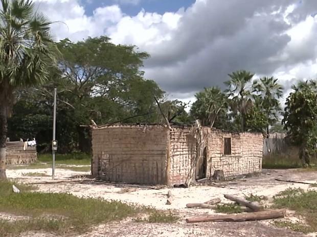 Criminoso ainda não foi identificado voltou a atuar no povoado Axixá e já incendiou seis residências (Foto: Reprodução/TV Mirante)