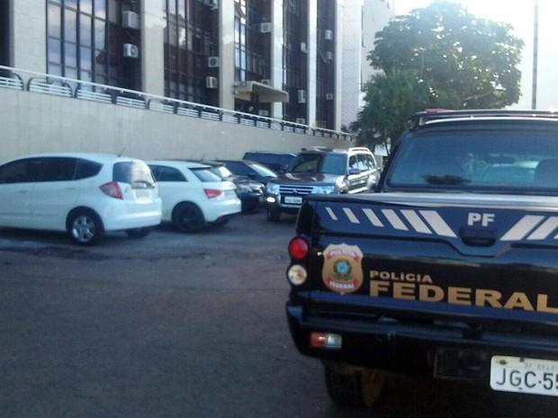 Veículo da Polícia Federal nesta quinta-feira (5) em frente a edifício de Brasília onde a Odebrecht tem escritório (Foto: Bárbara Nascimento/G1)